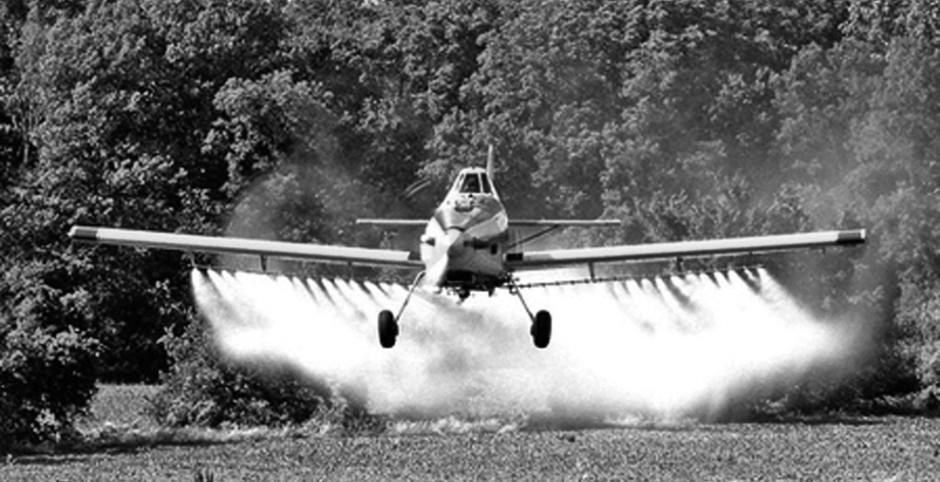Aviao-aplica-agrotoxico-aplicacao-de-agrotoxicos-em-lavouras-28-04-12