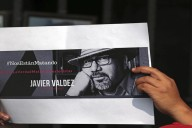 CUERNAVACA, MORELOS, 16MAYO2017.- Esta mañana periodistas, reporteros, camarógrafos y fotógrafos de prensa se unieron a la protesta nacional por el asesinato del periodista y escritor Javier Valdéz, corresponsal de la Jornada y editor del semanario Riodoce de Sinaloa. En la ofrenda a las víctimas, en el zócalo de la ciudad, los trabajadores de los medios de comunicación exigieron  a las autoridades federales que atiendan las  agresiones en contra del gremio en el estado. En este año seis comunicadores han sido asesinados y van 37 en el presente sexenio. FOTO: MARGARITO PÉREZ RETANA /CUARTOSCURO.COM